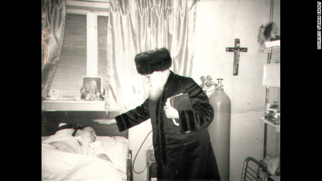 A rabbi from New York was among the thousands of people who made a pilgrimage to the O'Bara home, inspired by the devotion of her mother. Many were drawn because they believed Edwarda had miracle healing powers. (CNN)