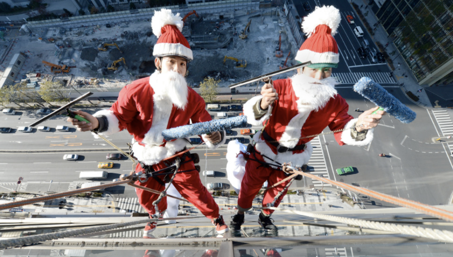 Two Japanese Santas clean the windows of a Tokyo hotel on December 20. (Photo: CNN)