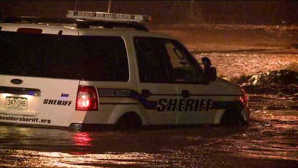 A Boulder County Sheriff's Office vehicle becomes stuck in a flood on the morning of Sept. 12, 2013. (Photo: Dave Harpe)