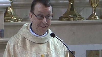 Rev. Ray Kelly, wedding-singer Priest from Ireland, becomes Internet sensation. Image: YouTube
