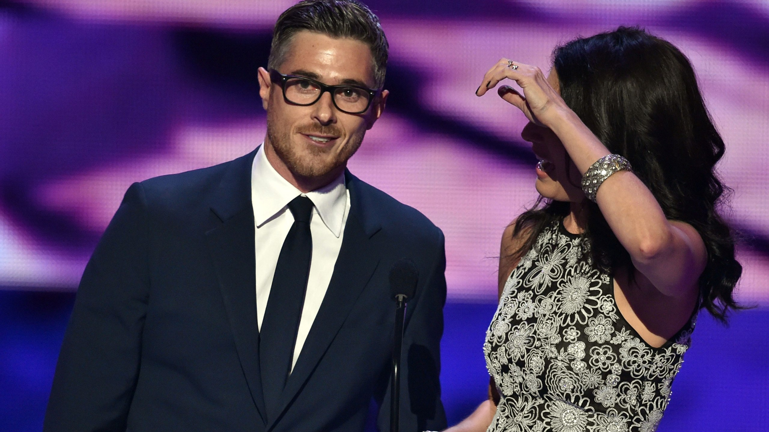 Actors Dave Annable (L) and Lisa Edelstein speak onstage at The 41st Annual People's Choice Awards at Nokia Theatre LA Live on January 7, 2015 in Los Angeles, California. (Photo: Kevin Winter/Getty Images)