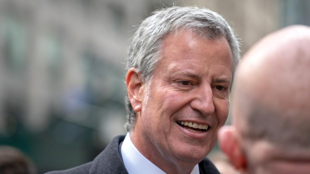 Mayor de Blasio όρια εστιατόρια, μπαρ να λάβει-out και delivery και κλείνει χώρους στη Νέα Υόρκη