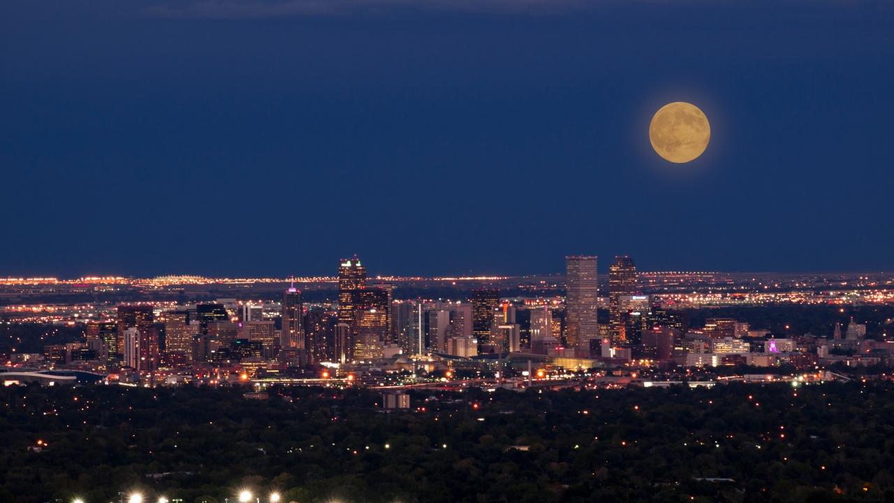 Colorado masyarakat terus menunjukkan solidaritas, melolong bersama-sama di 8 setiap malam