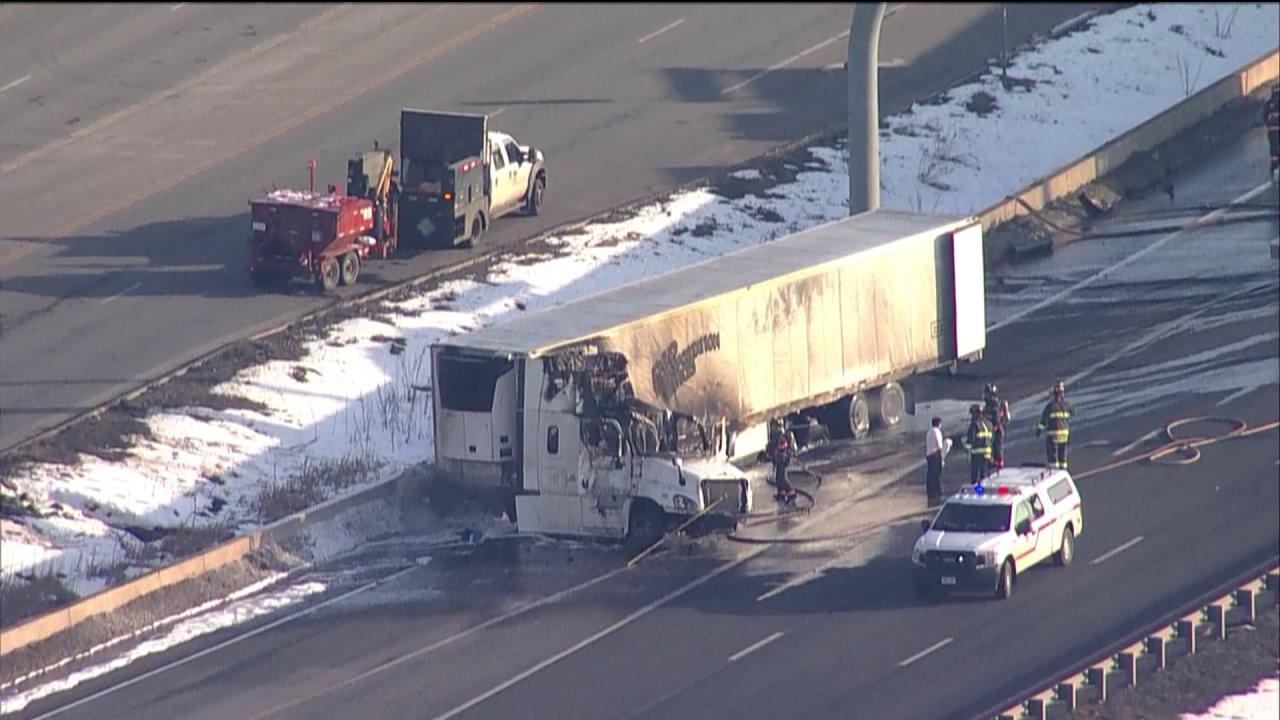 Eastbound Richtung I-70 teilweise wieder in Denver West nach der Stilllegung aufgrund von semi-LKW-Brand
