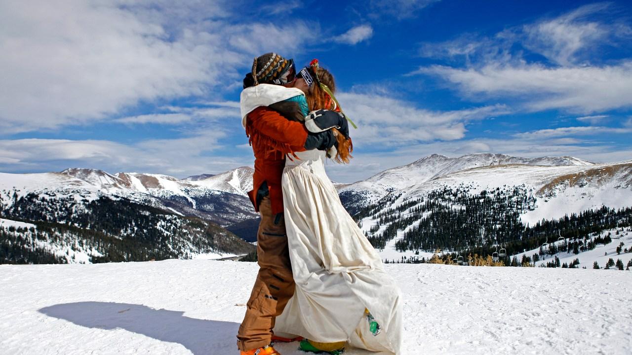 愛のゲレンデに面:フォトギャラリーのバレンタインデーウェディングスキー国