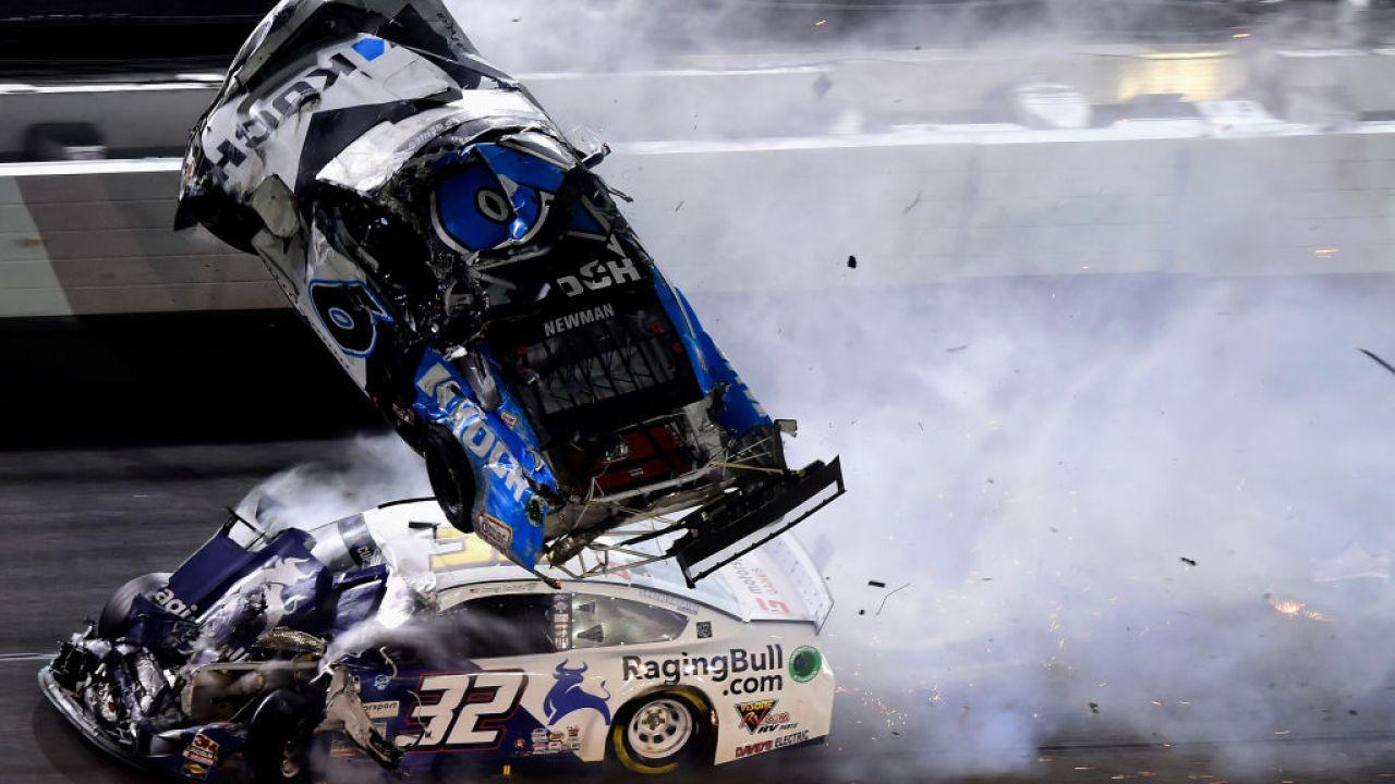 FOTOS: Fahrer Ryan Newman ins Krankenhaus, nachdem schrecklichen Wrack auf dem Daytona