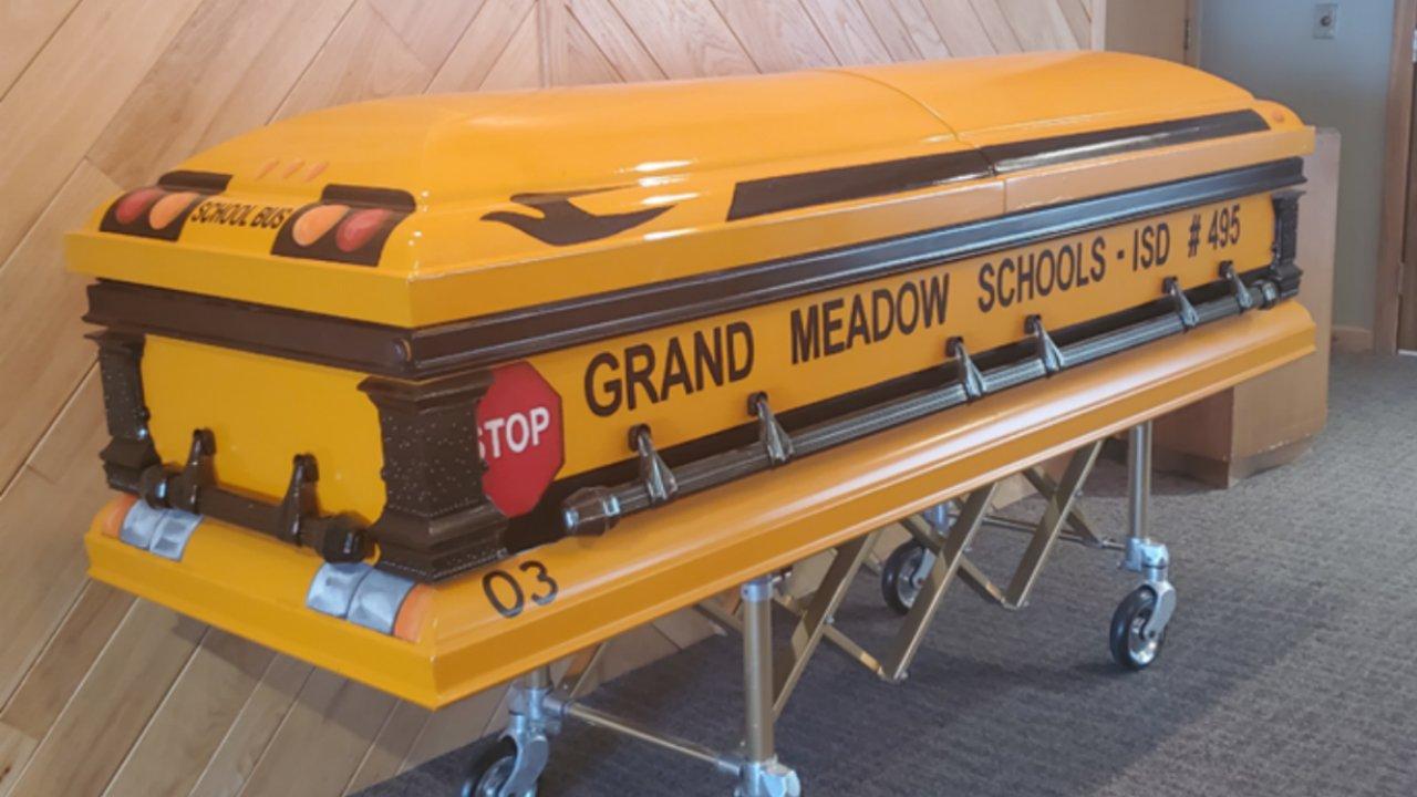 Μινεσότα άνθρωπος που οδήγησε τους μαθητές για 55 χρόνια για να ταφεί σε ειδικό σχολείο λεωφορείο φέρετρο