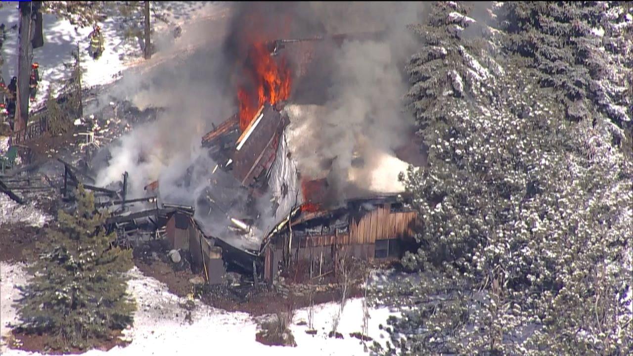 Die Feuerwehr Schlacht-2-alarm-Wohnungsbrand in Evergreen