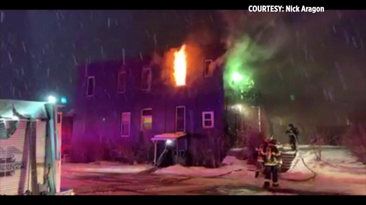 3 άτομα στο νοσοκομείο μετά Σέρινταν πολλαπλών οικογένεια σπίτι φωτιά