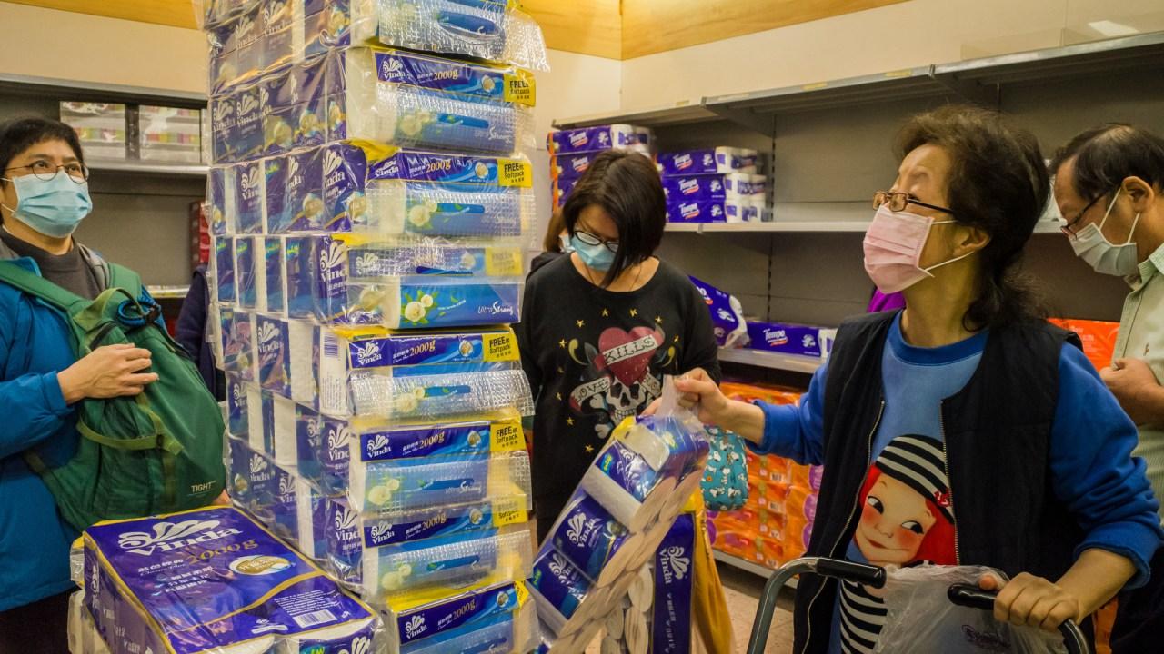 3 άντρες έκλεψαν 600 ρολών χαρτιού υγείας στο Χονγκ Κονγκ, εν μέσω φόβων του coronavirus ελλείψεις