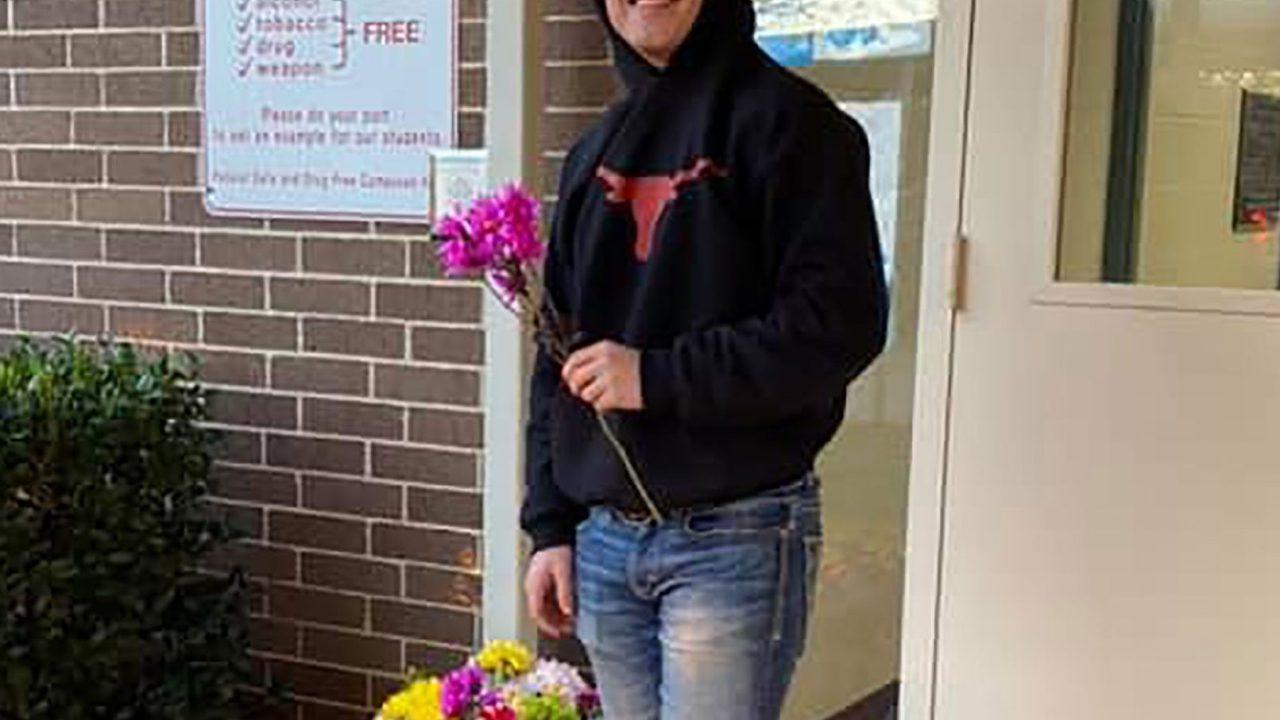 Τέξας έφηβος αγόρασα 170 λουλούδια για να δώσει σε κάθε κορίτσι στο σχολείο του αγίου Βαλεντίνου