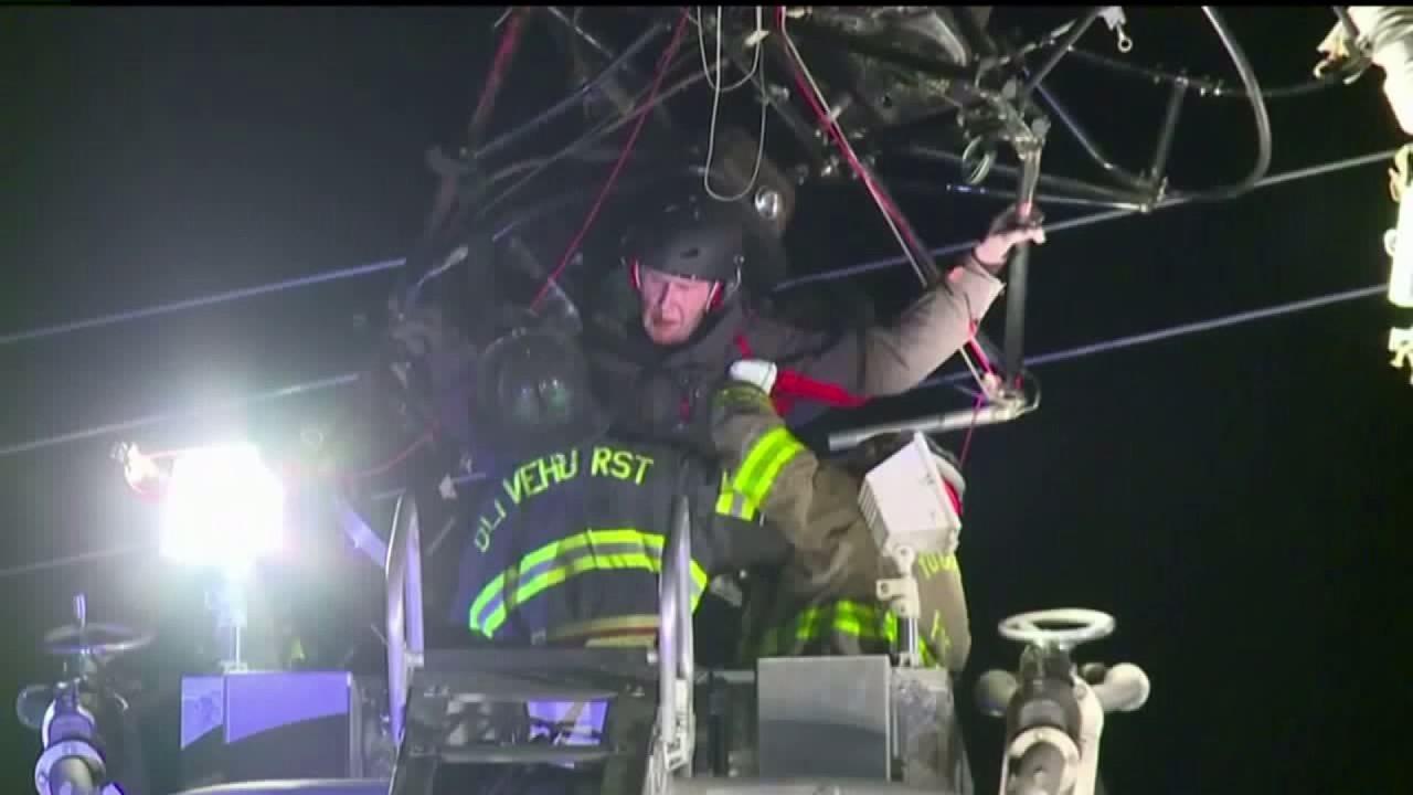 Gefangen Gleitschirm gerettet, die von Hochspannungsleitungen in der Nähe von California Flughafen