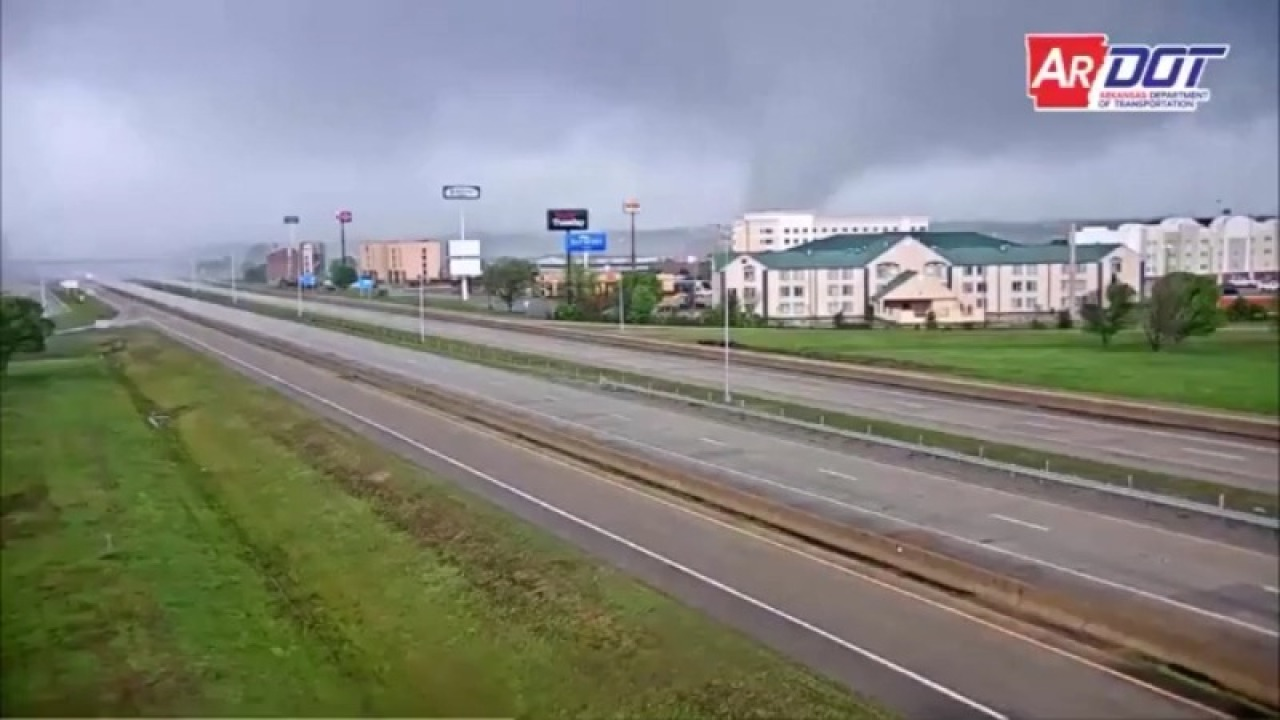 Video zeigt den tornado bewegt sich durch Jonesboro
