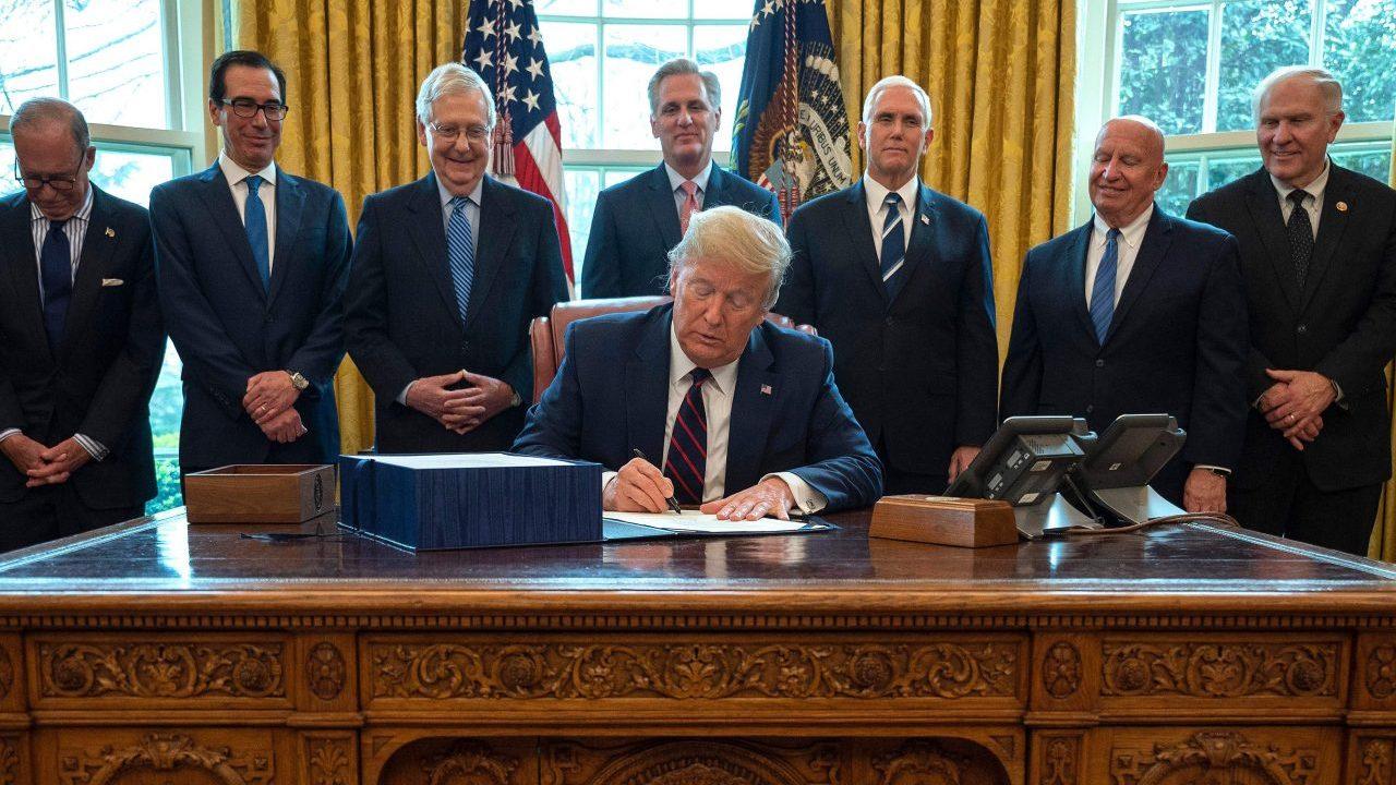 Präsident Trump Zeichen $2,2 Billionen coronavirus relief bill in ein Gesetz