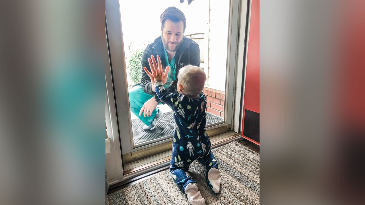 Γιατρός στο viral φωτογραφία με τον γιο του πίσω από το γυαλί χάνει το σπίτι του για να ανεμοστρόβιλος