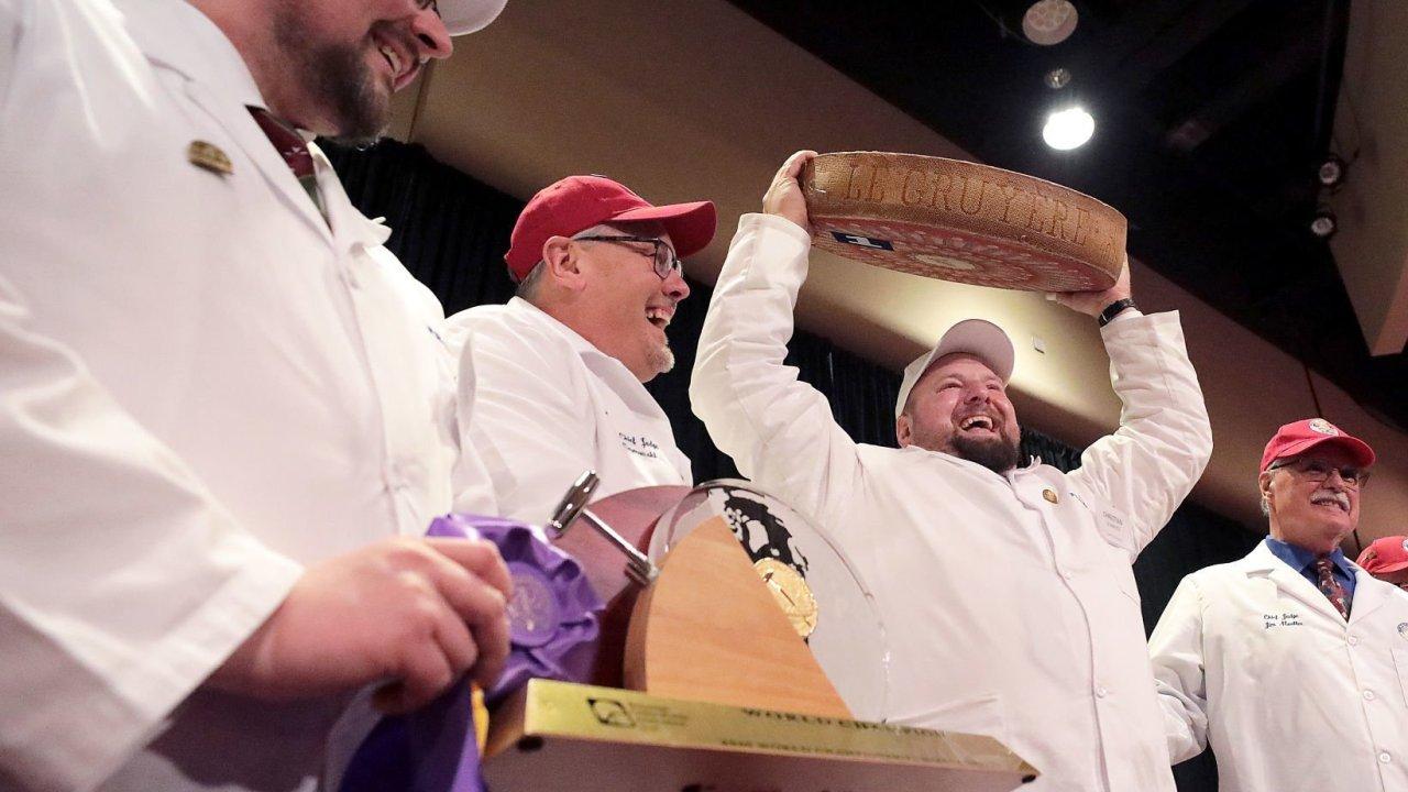 Keju Swiss yang keluar di atas di Dunia Keju Kejuaraan di Madison, WI