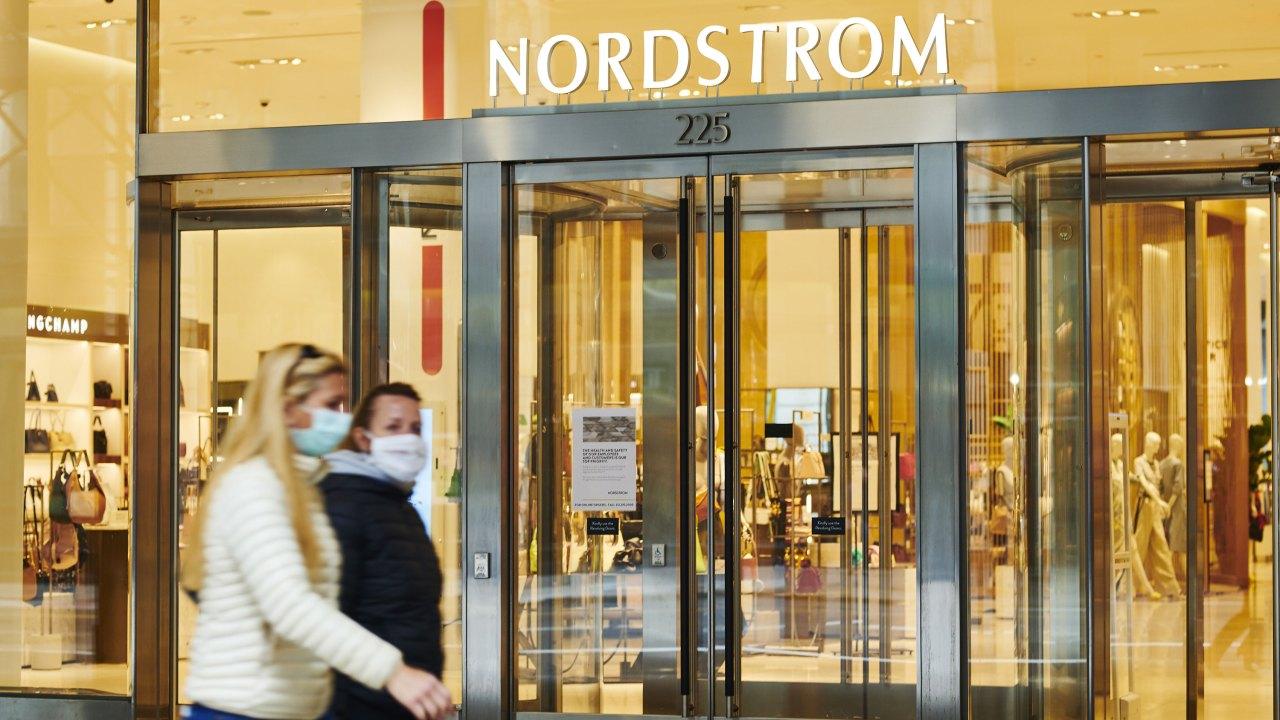 Nordstrom ist das Nähen mehr als 100.000 Atemschutzmasken für Mitarbeiter des Gesundheitswesens