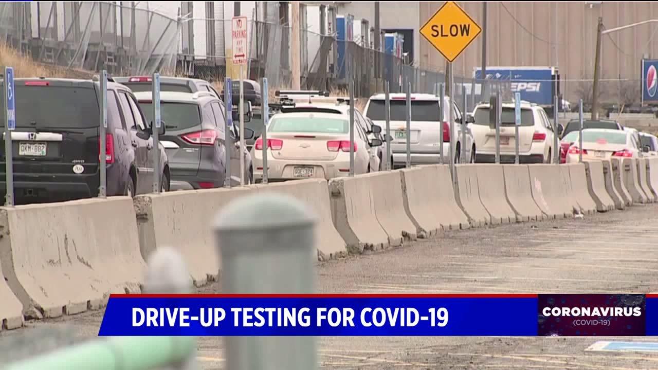 Garis mobil yang menunggu untuk coronavirus pengujian di Denver Coliseum