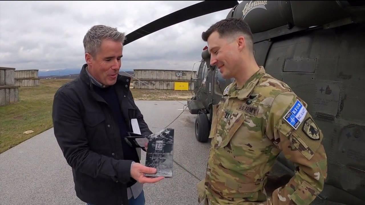 Το μάρτιο του Ήρωα του Μήνα: Κολοράντο ελικόπτερο Blackhawk πιλότος σε μια αποστολή στο εξωτερικό