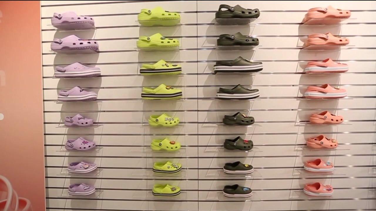 地元の靴会社の寄付には靴を脱いで医療従事者
