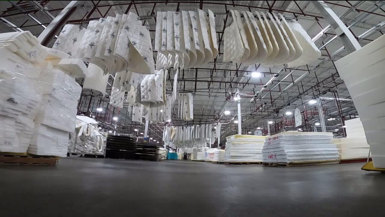 Βορειοανατολικά Ντένβερ στρώμα εργοστάσιο μαζικής παραγωγής μάσκες προσώπου για να προφυλαχθούν από Coronavirus.