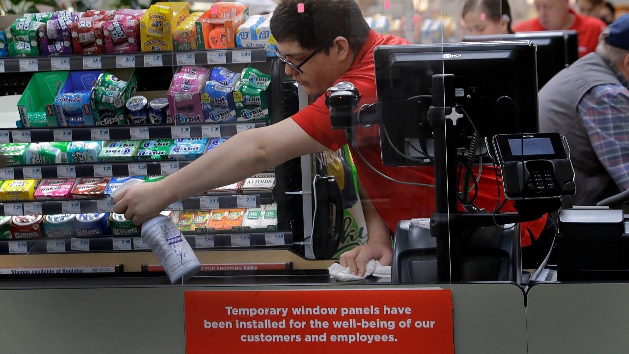 Το παντοπωλείο εργαζομένων είναι το κλειδί κατά τη διάρκεια του ιού – και φοβούνται