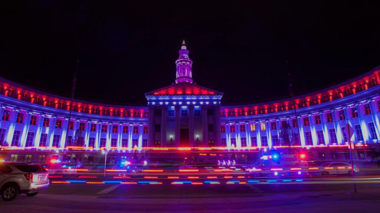Ντένβερ Πόλη και Κομητεία Κτίριο αναμμένο, κόκκινο και λευκό για να ευχαριστήσω την πρώτη αντίδραση, αιθέρια εργαζομένων