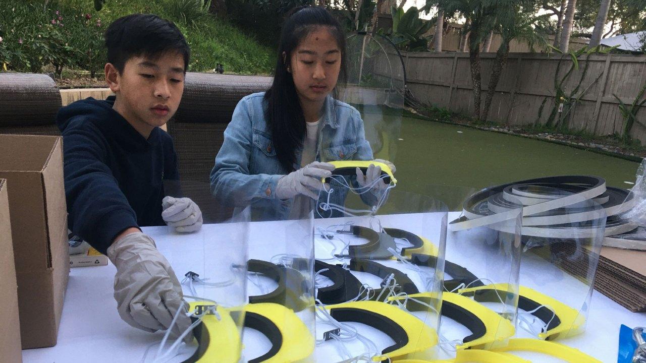 Mahasiswa tim robotika menggunakan printer 3D untuk membuat wajah perisai bagi kesehatan pekerja