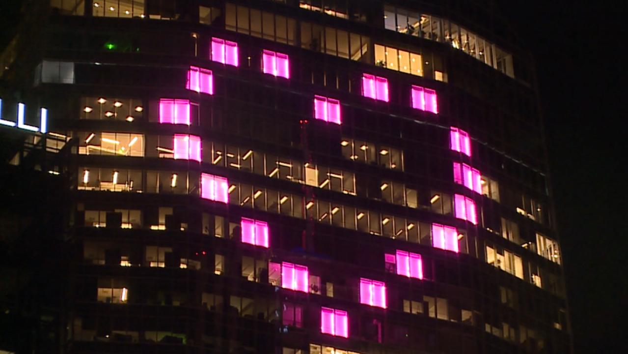 'Itu sebuah mercusuar cahaya dan positif': Raksasa hati merah muda yang muncul di Denver skyline