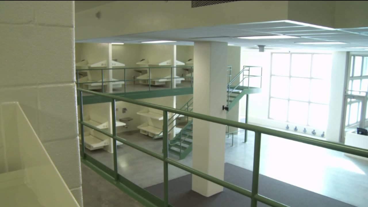 COVID-19 narapidana mengatakan dia seharusnya tidak pernah dimasukkan ke dalam populasi umum di Denver penjara