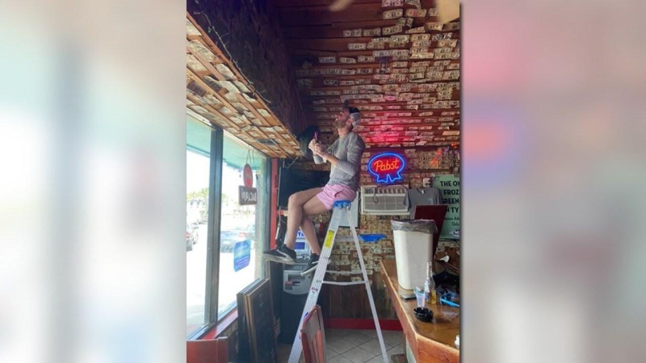 Georgia pemilik bar menghilangkan $3,714 senilai tagihan dijepit ke dinding untuk memberikan pengangguran staf