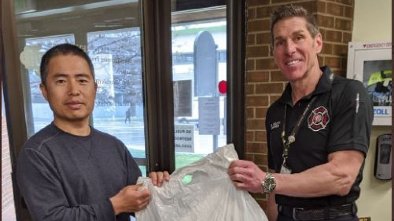 Denver Fire Department erhält chirurgischen Masken von Organisationen innerhalb der Denver chinesischen Gemeinschaft