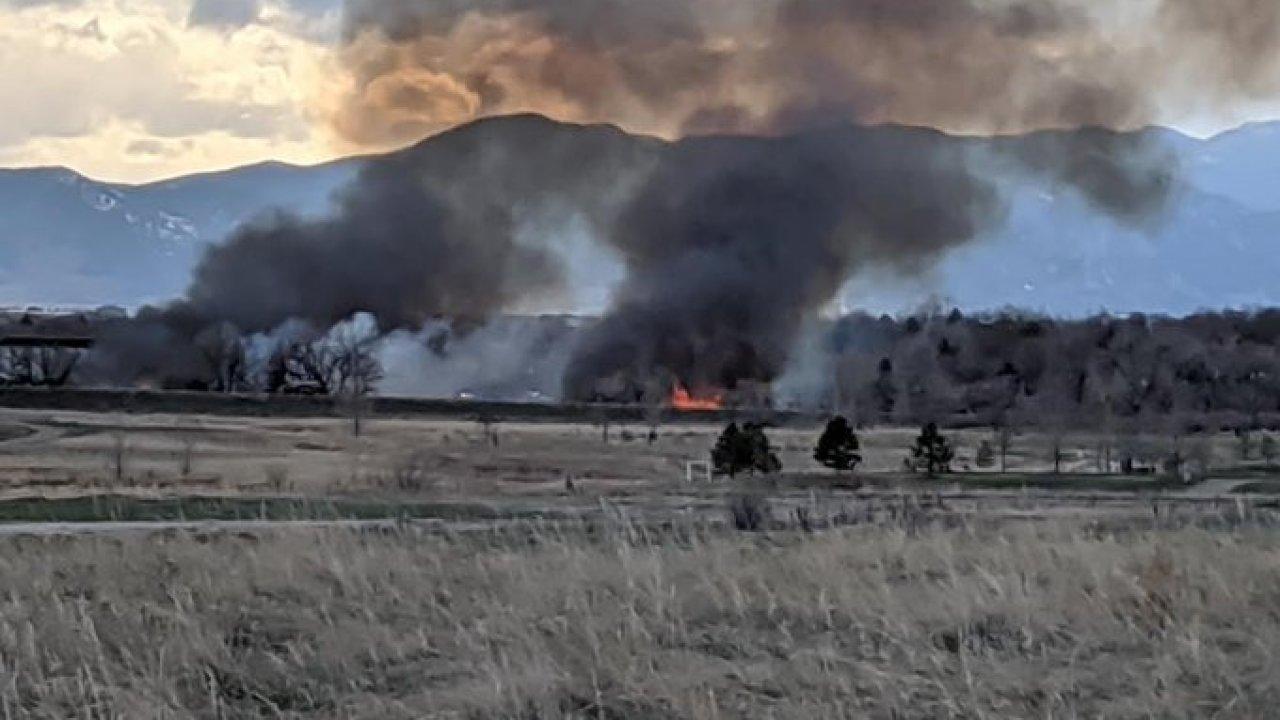 20 hektar rumput api di Broomfield, Utara, Metro Penyelamatan Kebakaran pada adegan