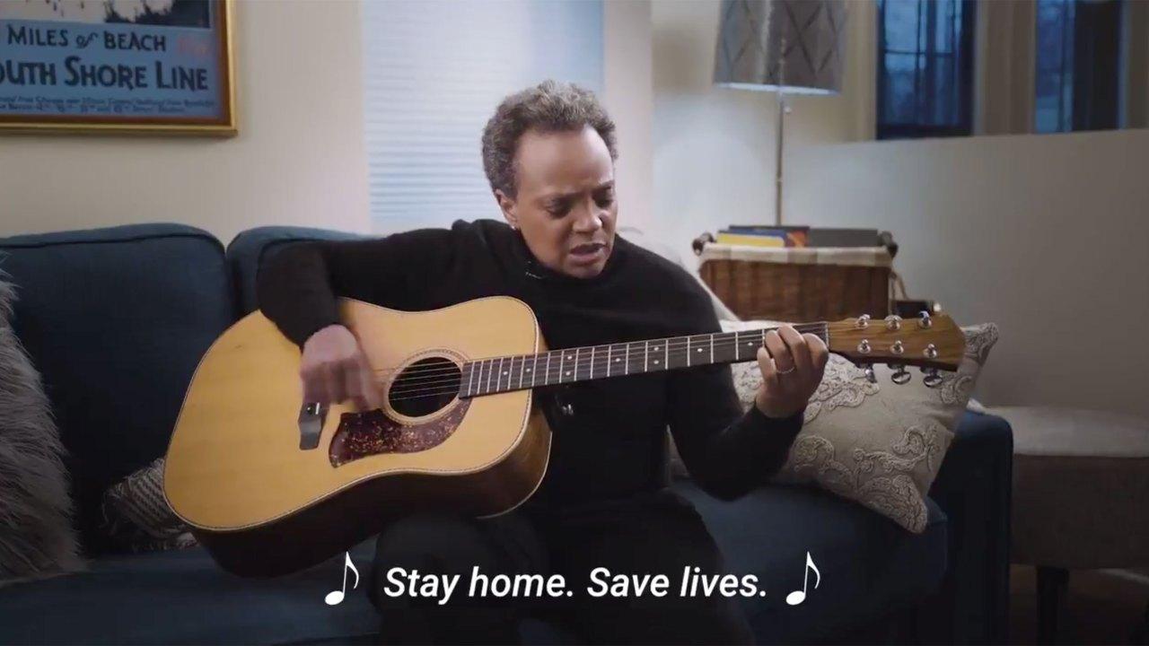 Walikota Chicago Lori Lightfoot mendesak orang-orang untuk 'Tinggal di Rumah, Menyelamatkan Nyawa' di Twitter video lucu