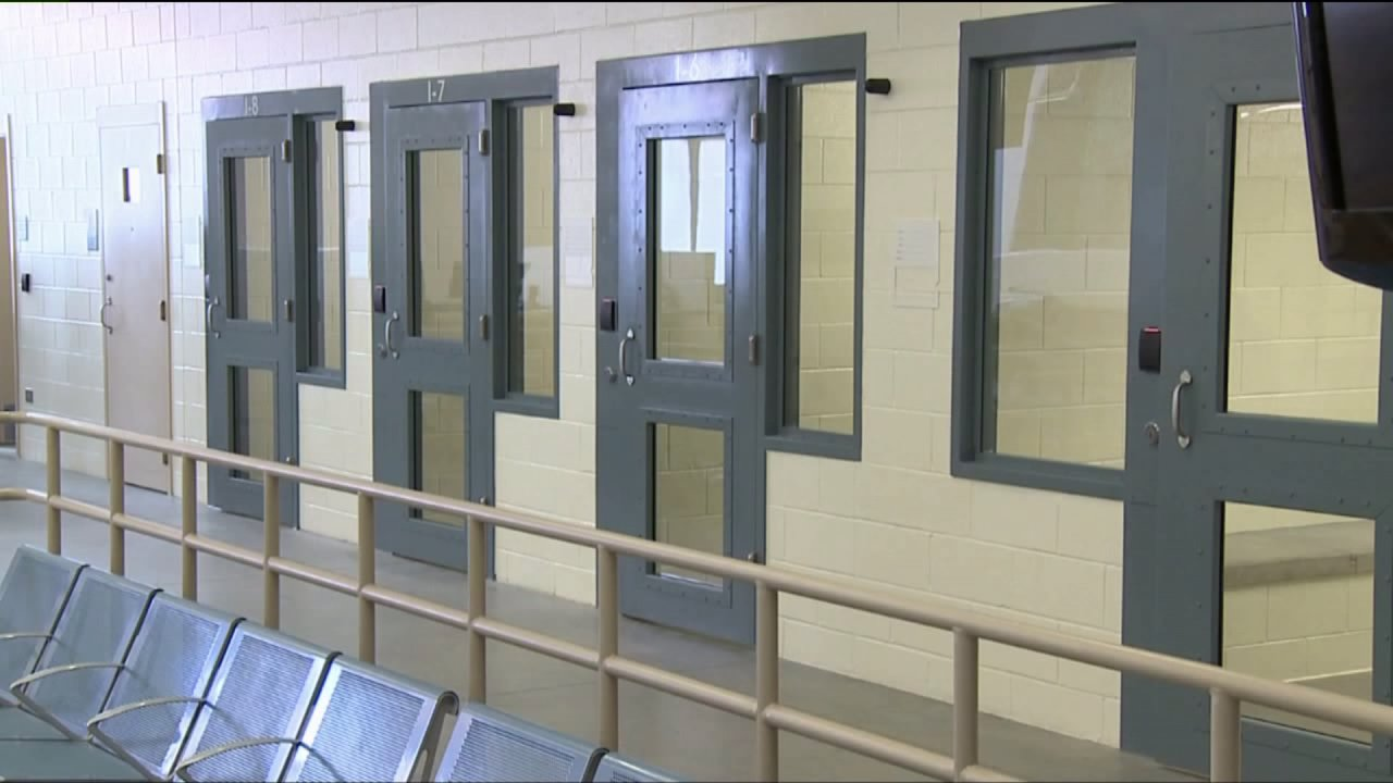Denver-Insassen, die positiv getestet für COVID-19 verbrachte Zeit in der Allgemeinen Bevölkerung
