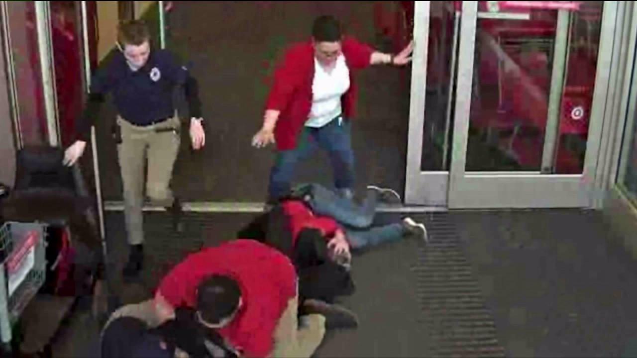 Polisi mencari pria yang dituduh menyerang Edgewater Target pekerja